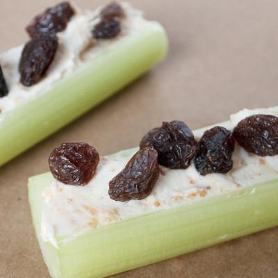 Branche de céleri au beurre de cacahuètes et aux raisins secs